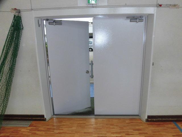 練馬区内某中学校体育館鉄扉塗装工事